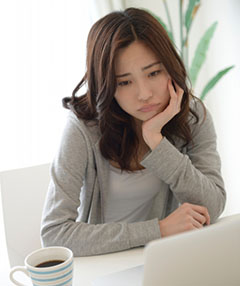 プログラミングスクール選びに悩む女性