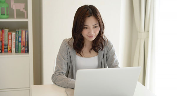 就職後も独学でプログラミングを学ぶ女性