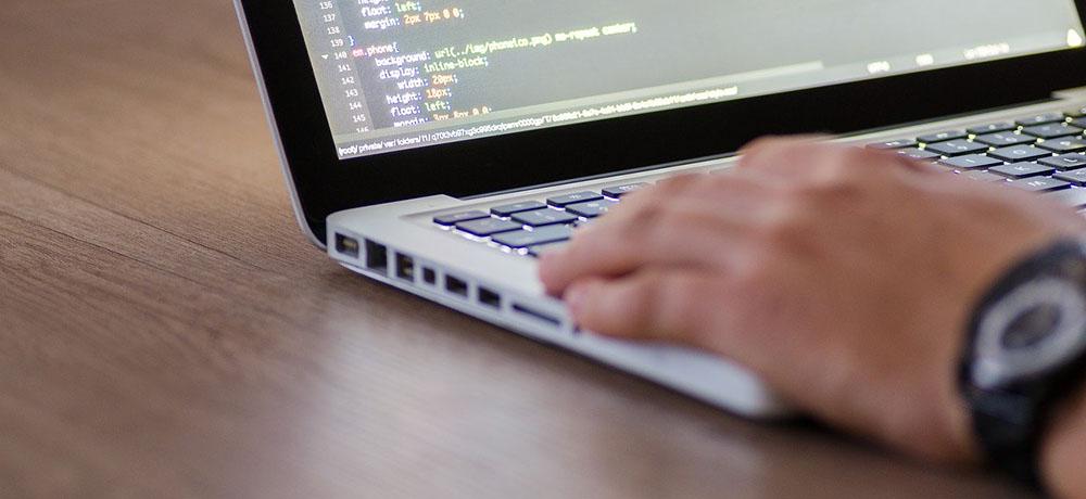 プログラミングスクールと独学を比較するサイトのヘッダー画像