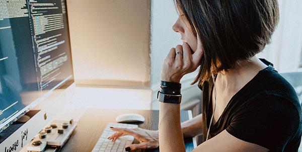 独学でプログラミングを学ぶ女性