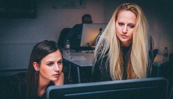 スクールでプログラミングを学んでいる女性